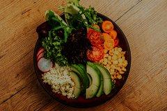 Leckere Bowl gefüllt mit Gemüse und Salat