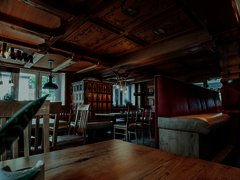 Rustikaler Raum mit modernen Elementen und einer Bar