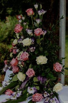 Opulentes Blumendekor aus herrlichen Rosen