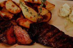 Steak mit Kartoffel und Butter