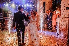 Tanzendes Paar und feiernde Gäste