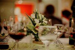Weingläser und Blumenstrauß auf einem Tisch