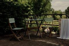 Außenbereich mit Panoramablick bestückt mit französischen Gartenmöbel