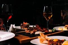 Gedeckter Tisch mit Wein und Speisen