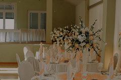 Hochzeitssaal weiß dekoriert