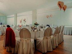 Großer festlicher Raum bestückt mit Stühlen und Tischen