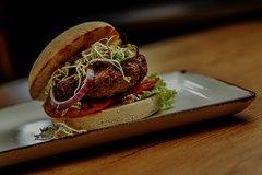 Burger auf Teller zum mitnehmen