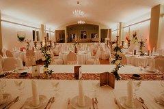 Großer Raum mit vielen Tischen