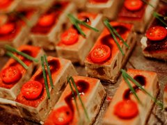 Buffetauswahl Häppchen mit Tomaten dekoriert