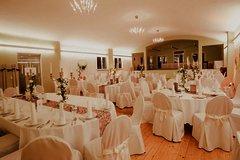 Großer heller Raum mit indirekte Beleuchtung für eine große Hochzeitsgesellschaft dekoriert