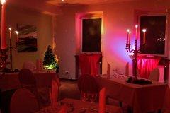 Kerzenlicht taucht den Raum in ein romantisches Ambiente