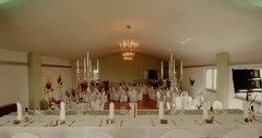 Festsaal hochzeitlich geschmückt