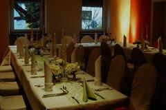Tischreihe festlich dekoriert