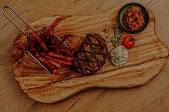 Steak mit Kräuterbutter Süßkartoffelpommes und Beilage