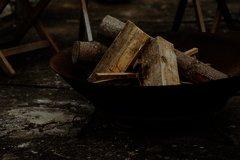 Eine Feuerschale bestückt mit frischem Holz
